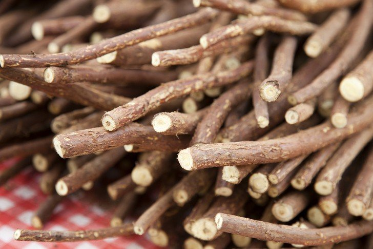 8 Health Benefits Of Licorice Root & How To Use It